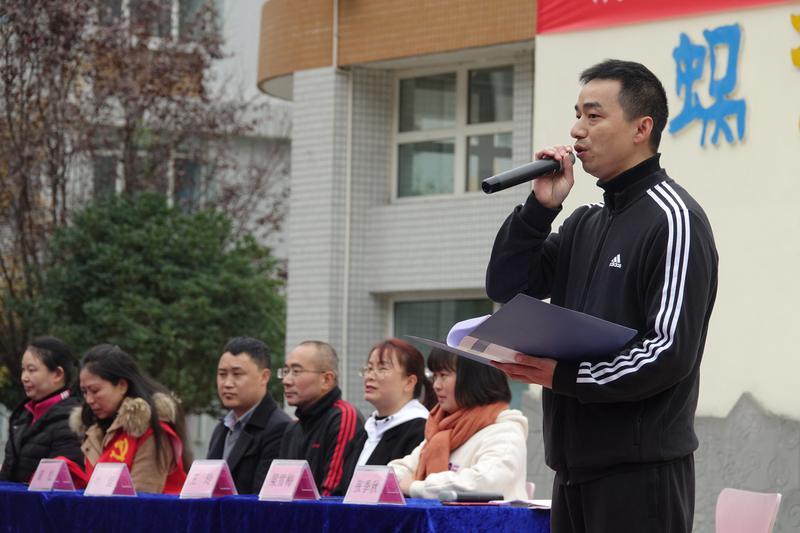 图片4――党政办公室周主任宣布运动会开幕